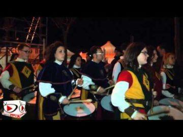 Anno 2013 memorabile la Fòcara con i numeri di Ugo Nespolo, Nandu popù Sud Sound cu li vagnuni, i mitici Mascarmirì, il gemellaggio con Oria