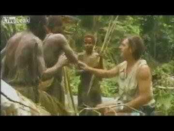 Un giornalista riesce a parlare a gesti con dei primitivi di una tribù introvabili nella jungla